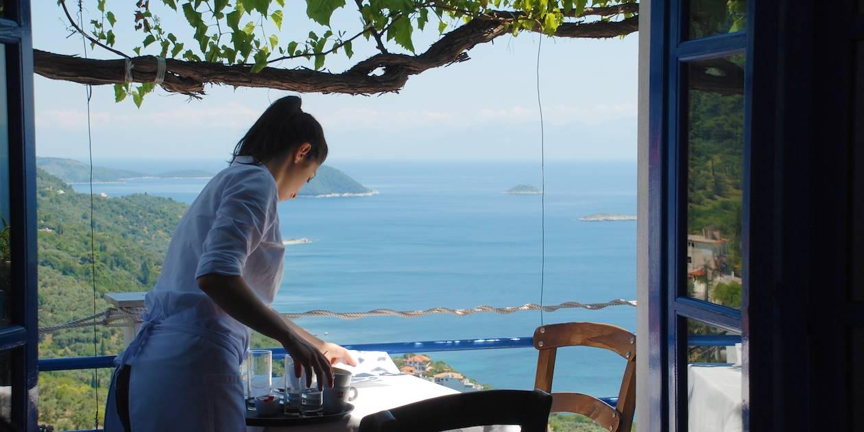 Femme préparant une table- Skopelos - Sporades- Grèce