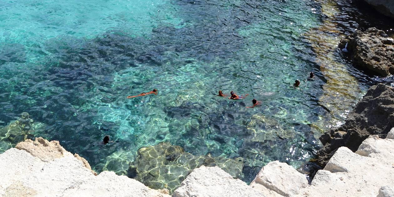 Baignade dans la mer turquoise - Îles Égades - Sicile - Italie