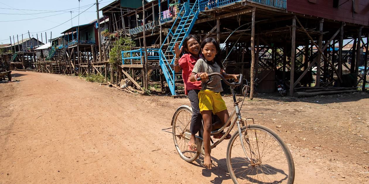 Enfants jouant dans les rues de Kompong Kleang - Cambodge