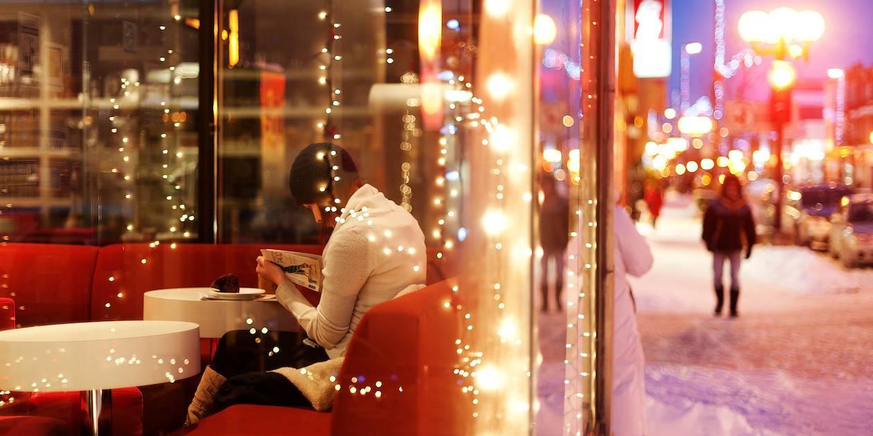 Femme profitant de la chaleur d'un café pour lire - Rosemont Petite-Patrie - Montréal - Québec - Canada