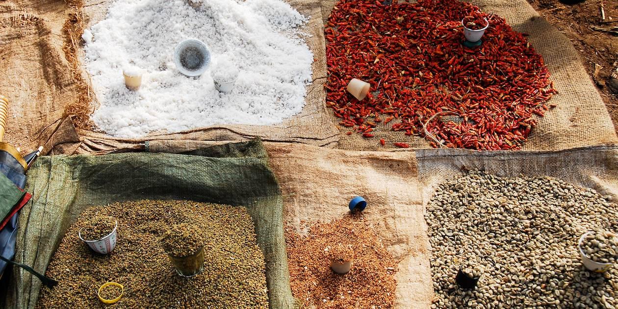 Epices et herbes aromatiques sur un marché - Éthiopie