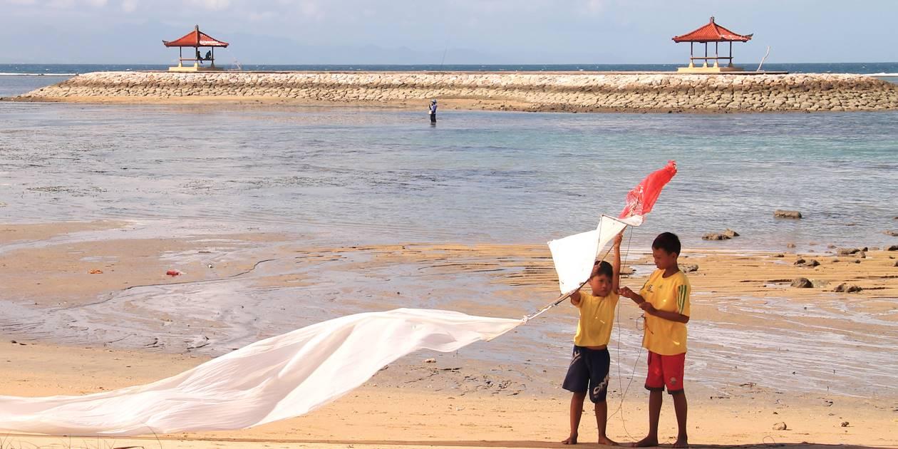 Enfants jouant au cerf volant sur la plage - Sanur - Indonésie