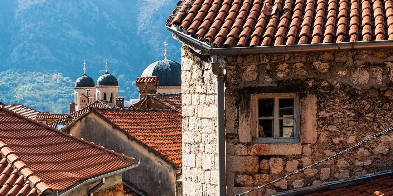 Toits du centre historique de Kotor et dômes de l'Eglise Saint-Nicolas - Monténégro