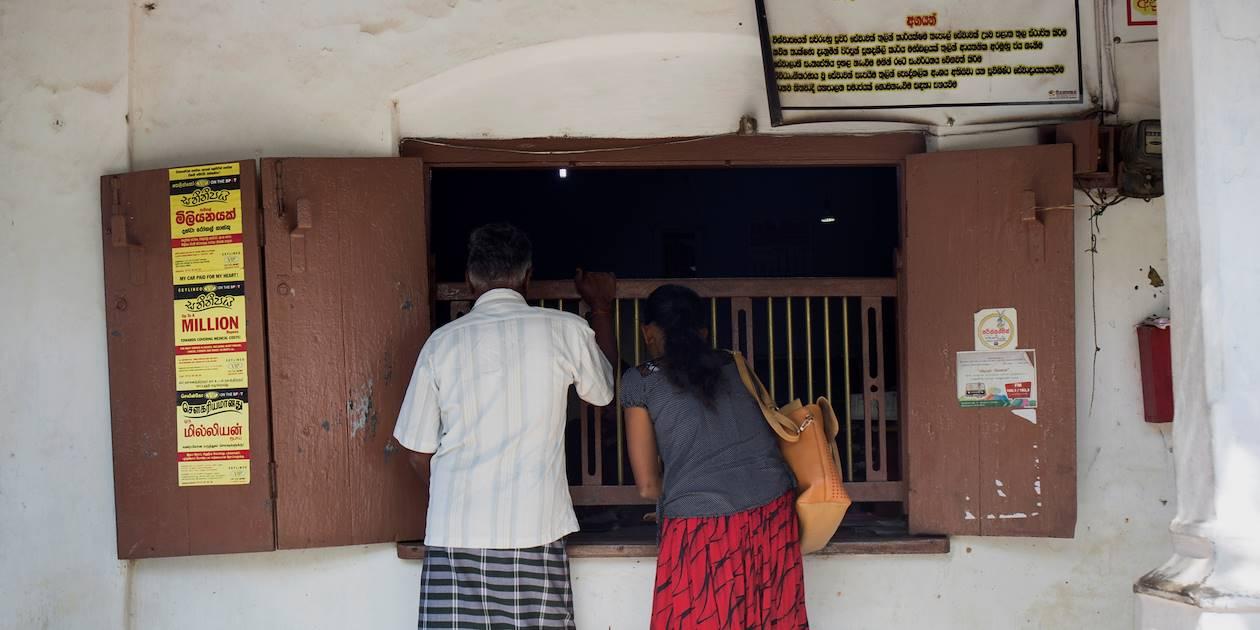 Habitants devant un bureau comparable à La Poste - Ella - Centre - Sri Lanka