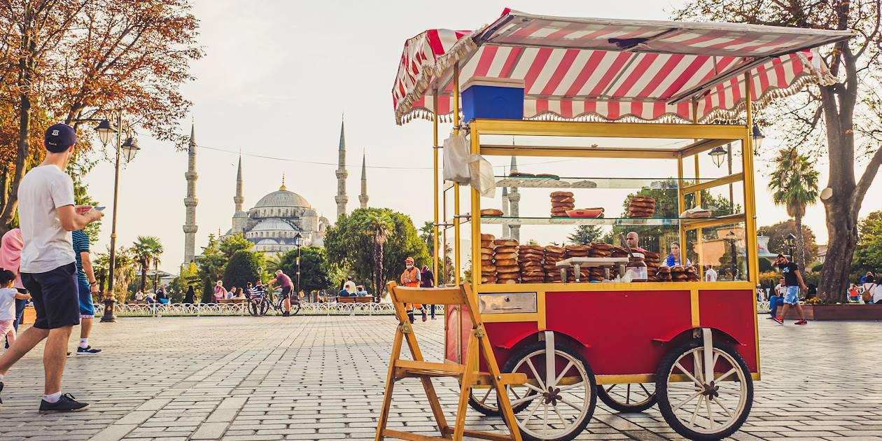 Vendeur ambulant de simit face à la Mosquée Bleue - Istanbul - Turquie