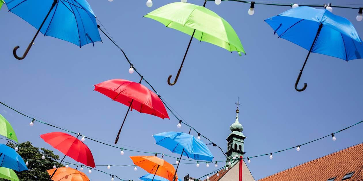 Ciel de parapluies dans une rue de Zagreb - Croatie