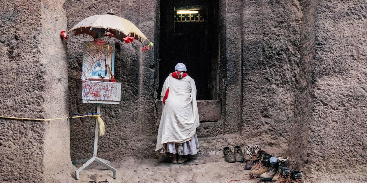 Scène de vie dans les églises rupestres de Lalibela - Éthiopie