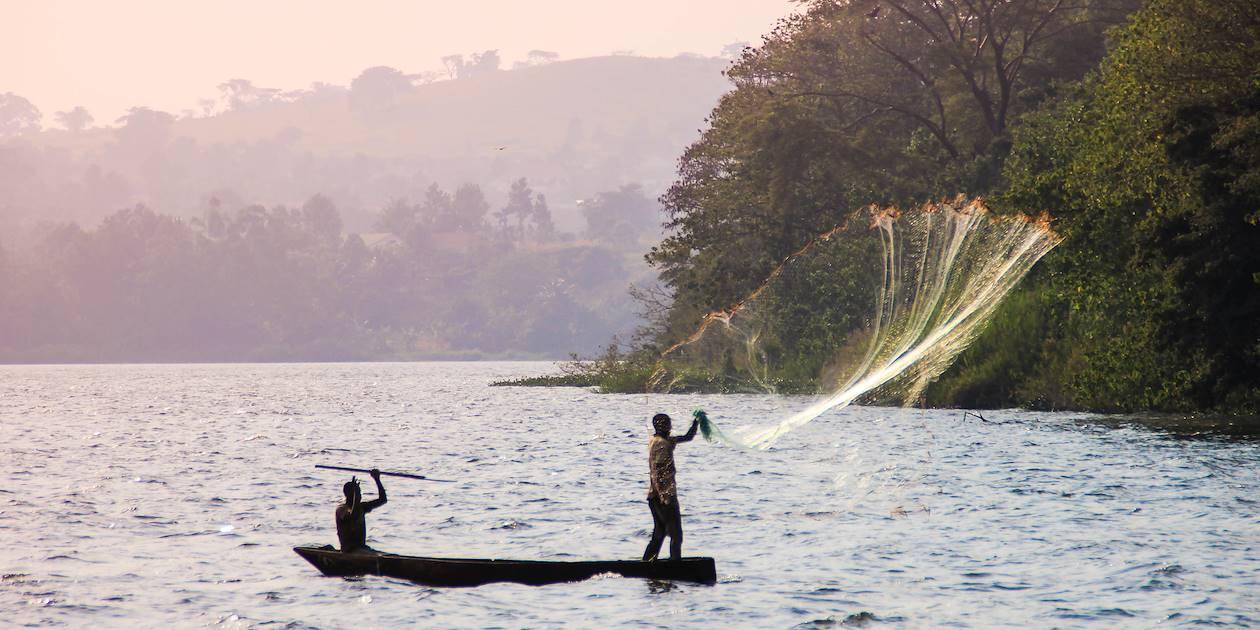 Pêcheur sur une embarcation traditionnelle - Lac Victoria - Ouganda