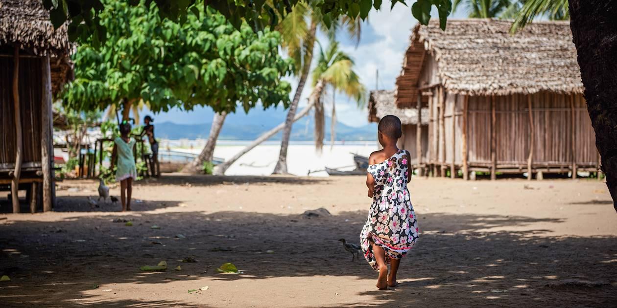 Scène de vie dans un village bordé par l'océan - Madagascar