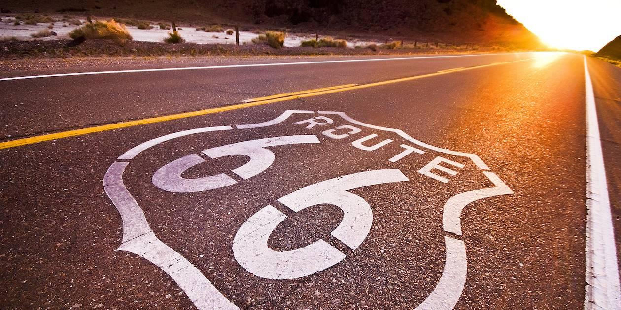 Coucher du soleil sur l'ancienne Route 66 - États-Unis