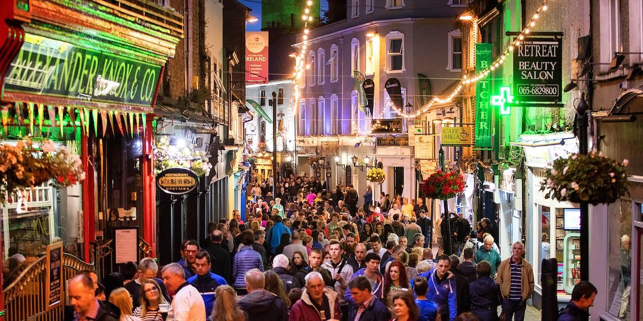 """Les rues d'Ennis pendant le festival de musique """"Fleadh Nua"""" - Comté de Clare -Irlande"""