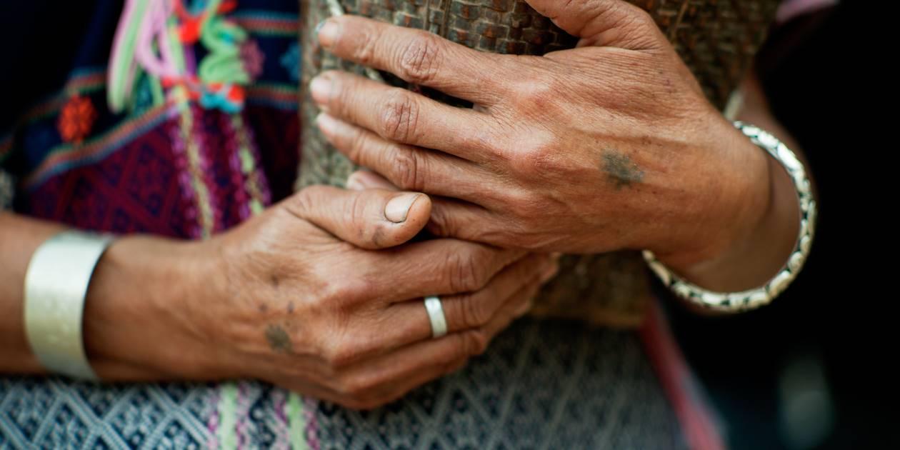 Détail des mains d'une femme de la tribu Karen - Thaïlande