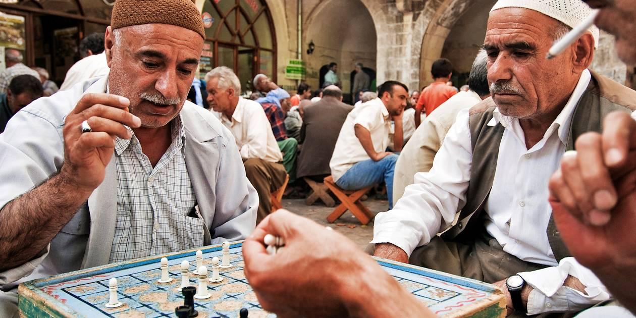 Joueurs d'échecs sur la place Gührükçuler Hani - Sanliurfa - Turquie