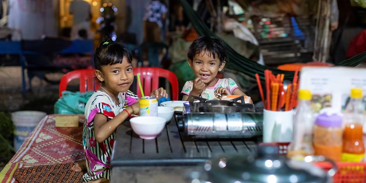 Dîner en famille, sur la Route 60 - Siem Reap - Cambodge