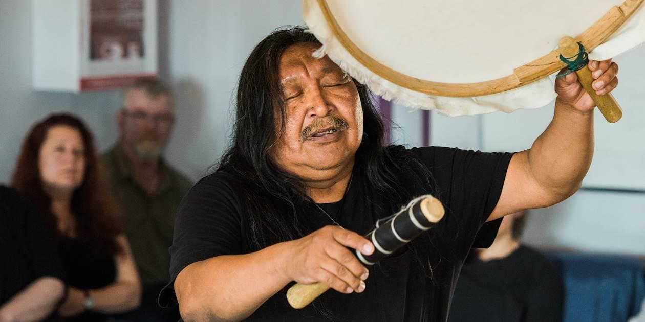 Démonstration du «quilat», tambour inuit traditionnel, au festival des arts Alianai - Iqaluit - Nunavut -Canada