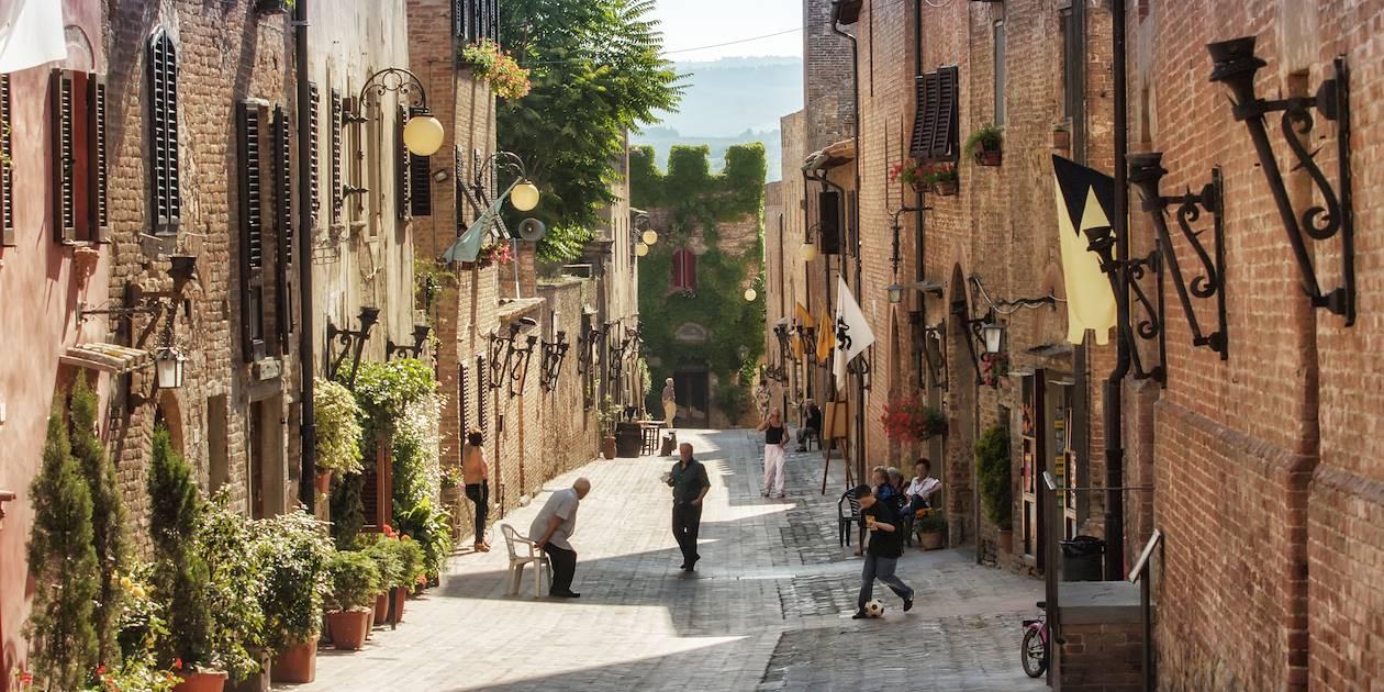 Scène de vie dans les ruelles de Certaldo - Toscane - Italie