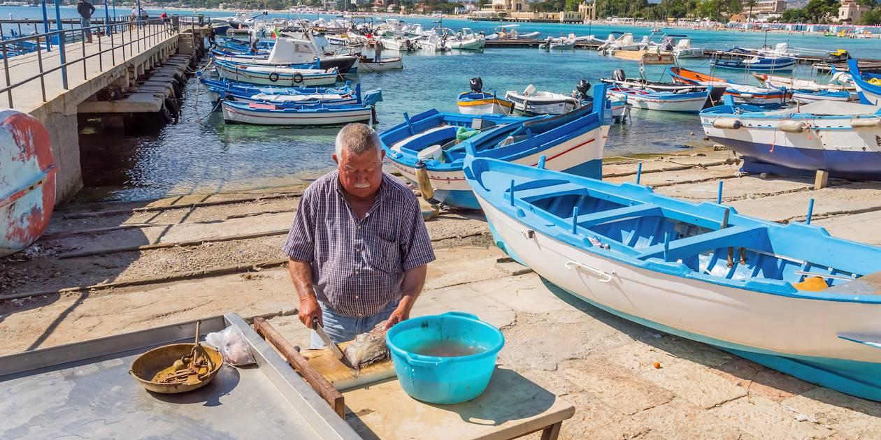 Pêcheur dans le port de Mondello - Sicile - Italie