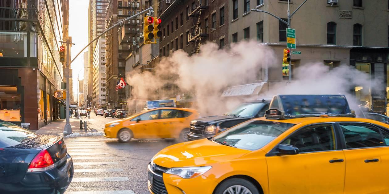 Yellow cabs dans les rues de Manhattan - New York - États-Unis