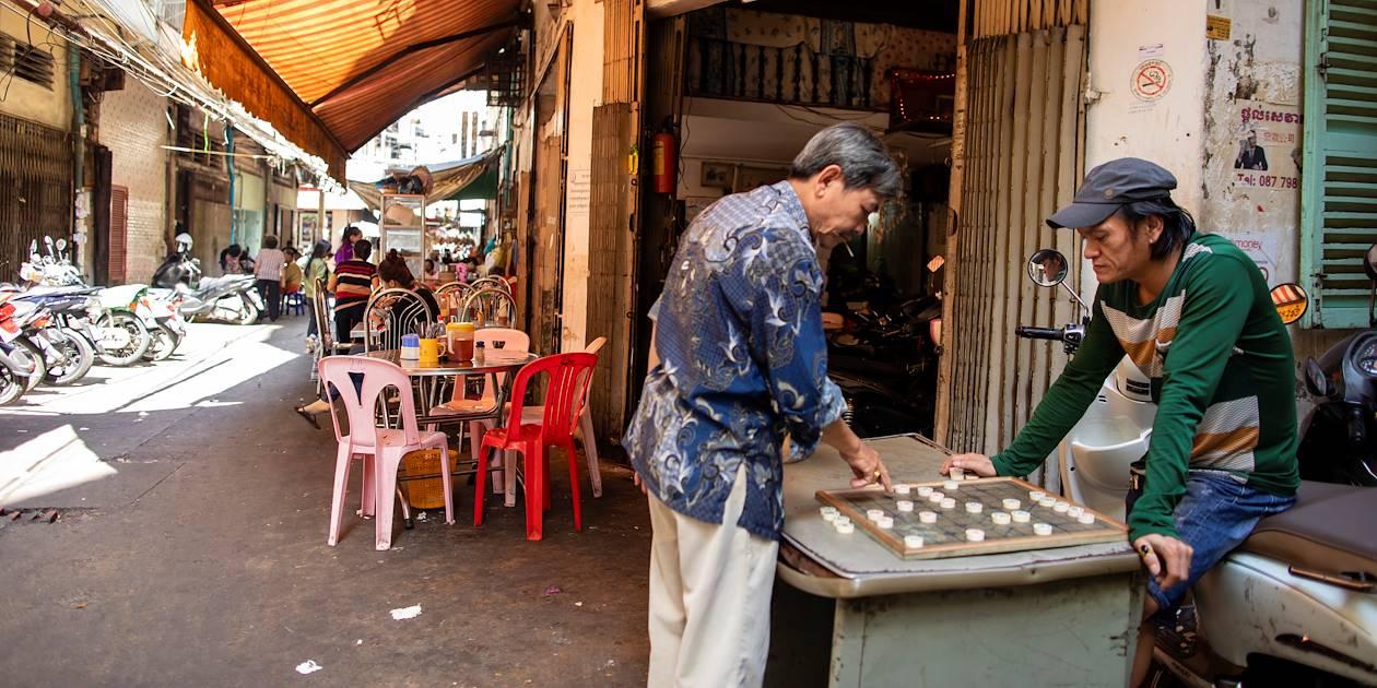 Partie de jeu de société dans une rue - Phnom Penh - Cambodge