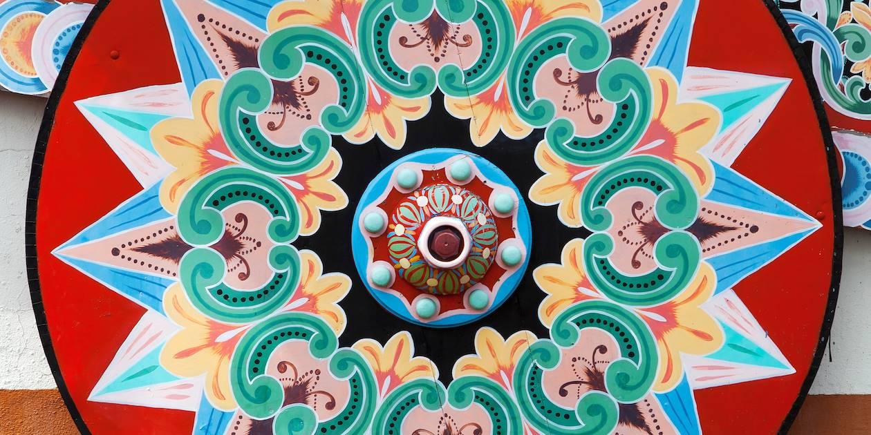 Roue colorée d'une charrette à boeufs traditionnelle - Costa Rica