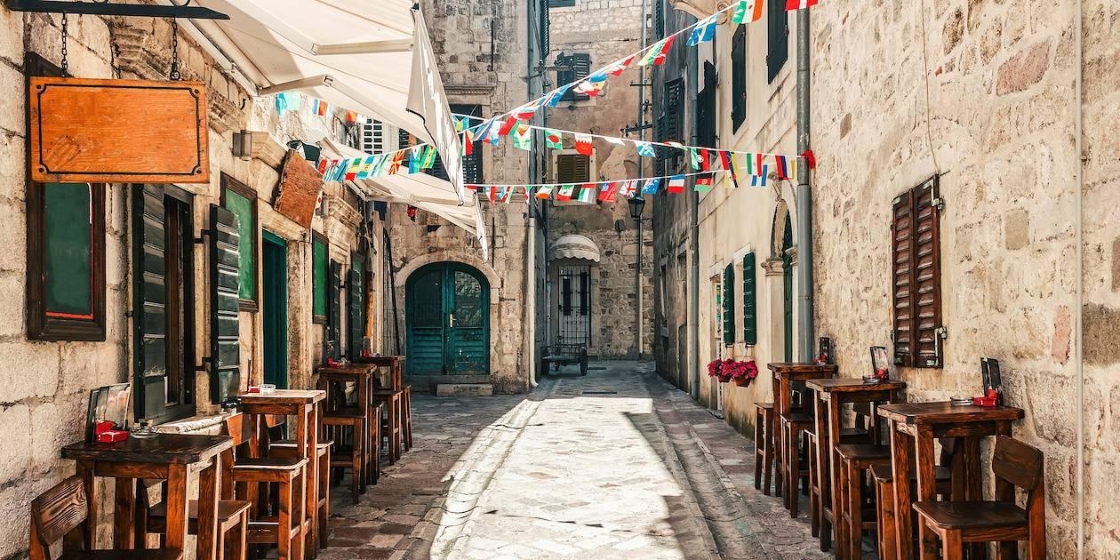 Terrasse d'un café dans le centre historique de Kotor - Monténégro