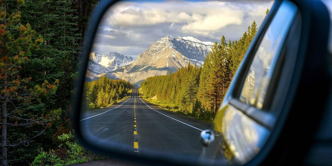 L'autoroute routière Icefields Parkway traversant le parc national Jasper - Alberta - Canada