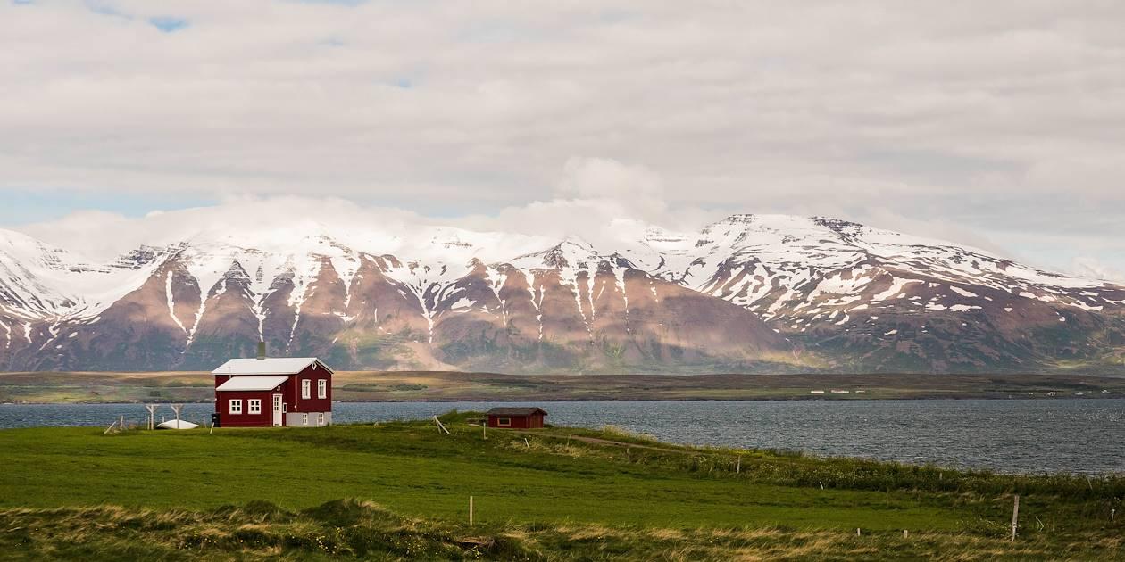 Maison isolée face à la montagne - Nord - Islande