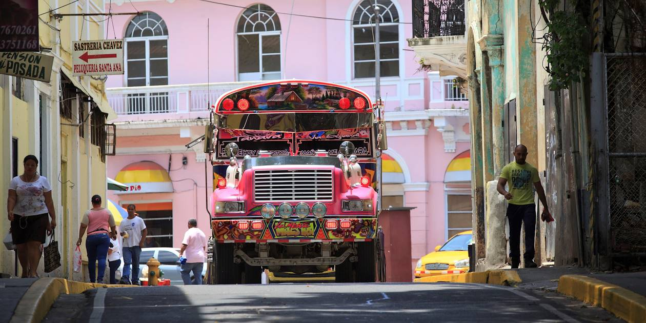 "Un bus ""Diablo Rojo"" dans le quartier de Santa Ana - Panama City - Panama"