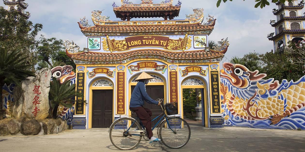 Entrée d'un temple bouddhiste de la ville - Hoi An - Vietnam