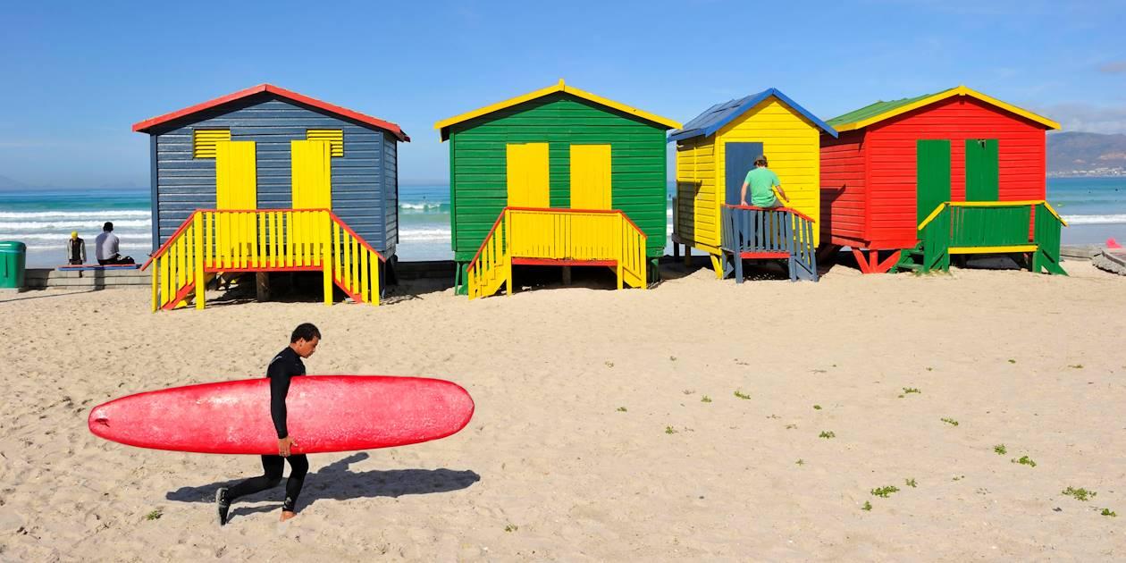 Surfeur et cabines de plage colorées - Muizenberg - Cap-Occidental - Afrique du Sud