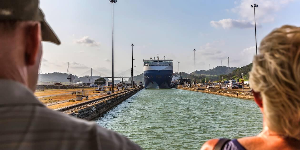 Bateau à l'écluse Miraflores - Panama City - Panama