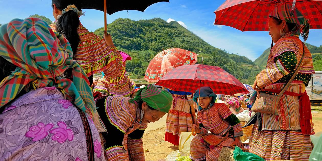 Femmes de la minorité Hmong Fleur sur un marché - Région de Bac Ha - Province de Lao Cai - Vietnam