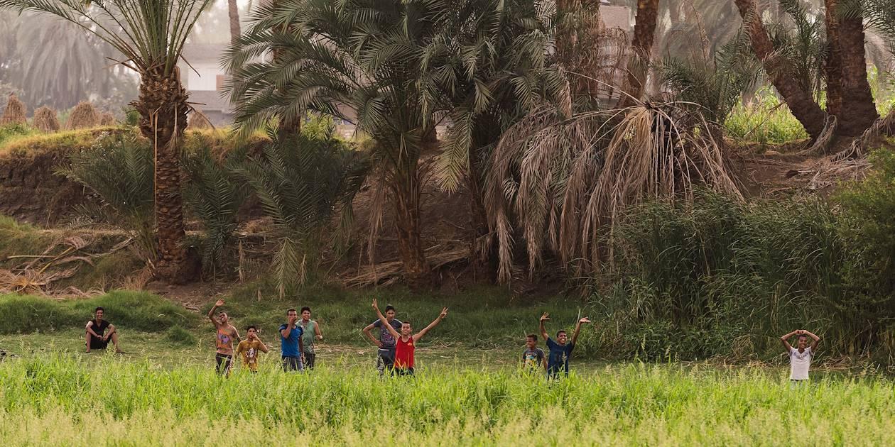 Jeunes hommes travaillant sur les rives du Nil - Égypte