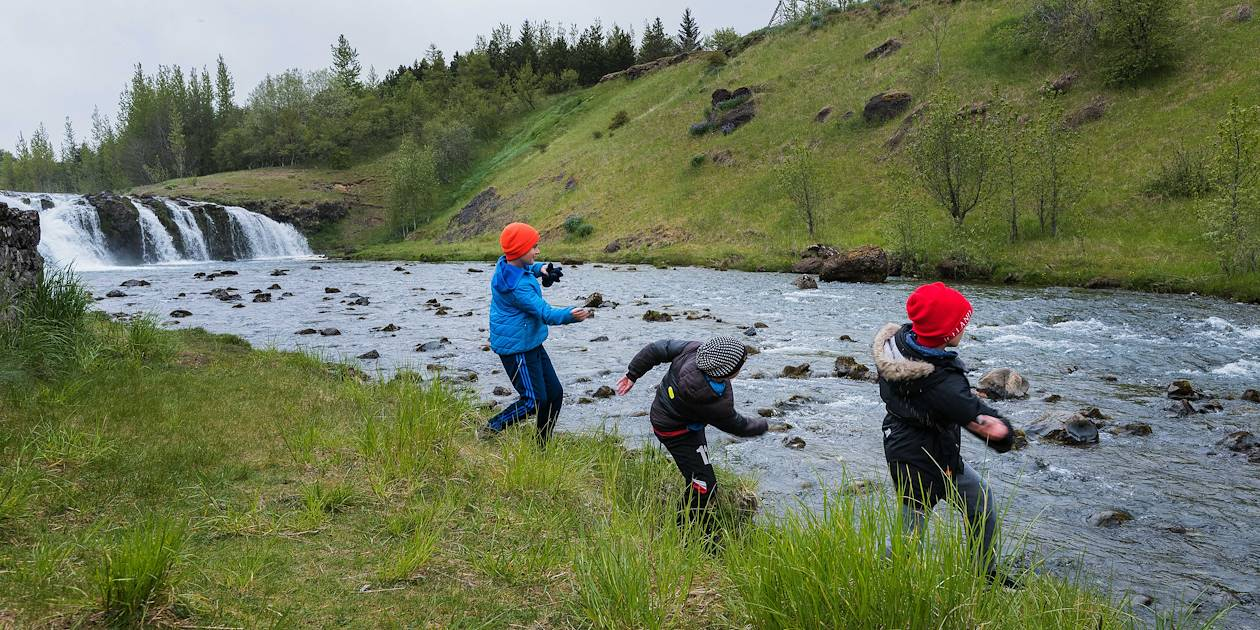 Enfants jouant près de la rivière Reykjadalsa - Vallée de Reykjadalur - Hveragerdi - Islande