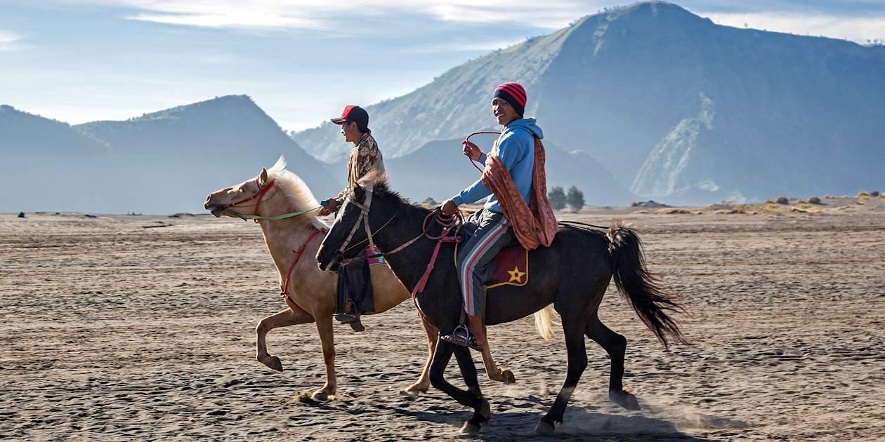 Deux cavaliers au pied du Mont Bromo, île de Java - Indonésie