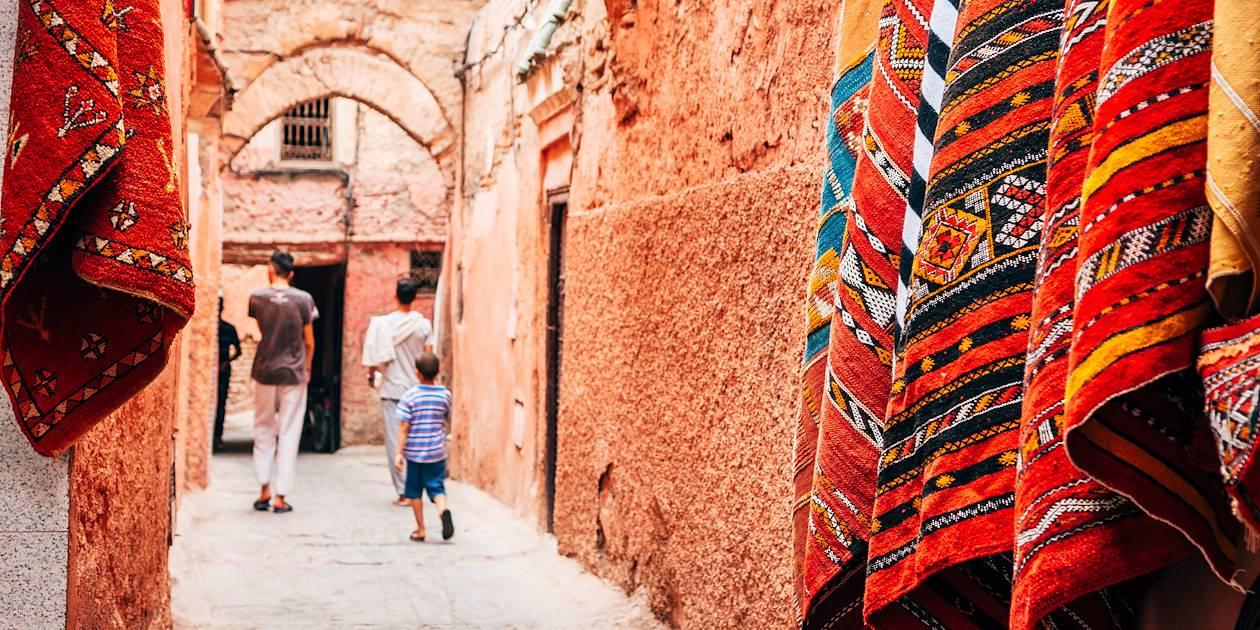 Tapis traditionnels dans une rue de Marrakech - Maroc