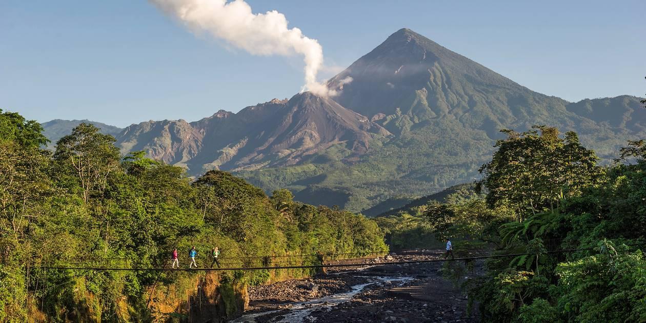 Pont suspendu près du Volcan de Fuego - Guatemala