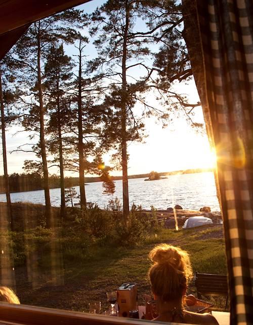 Bain de soleil près d'un lac - Finlande