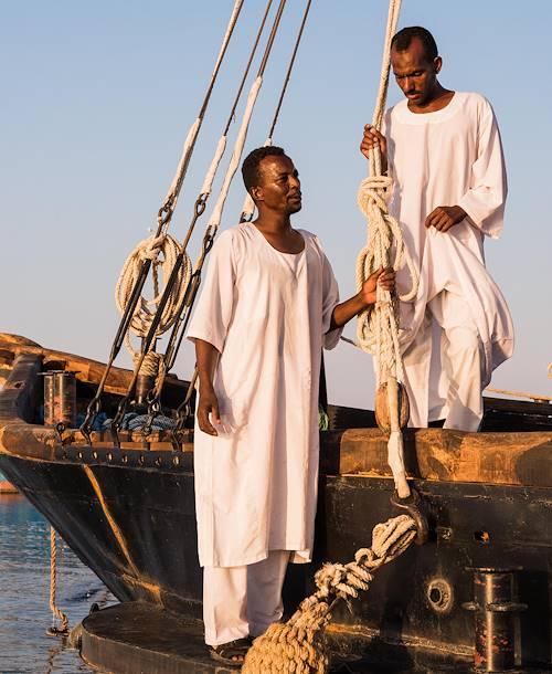 Portrait de deux employés, à bord de la Flâneuse du Nil - Égypte