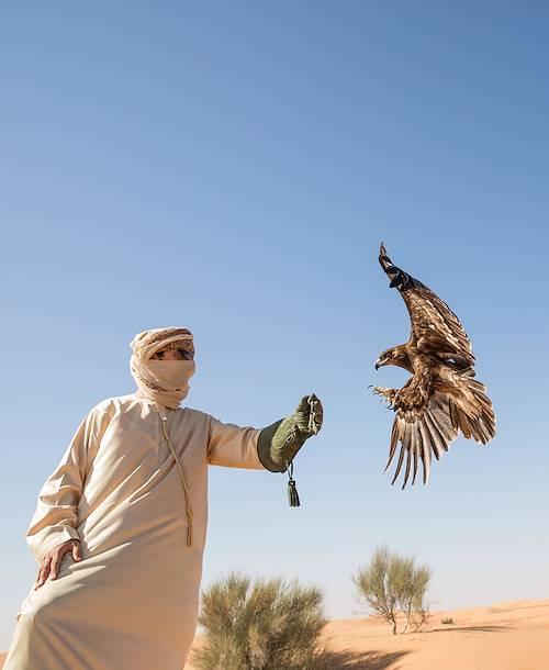Bédouin et son faucon, oiseau emblématique du pays - Dubai - Emirats Arabes Unis