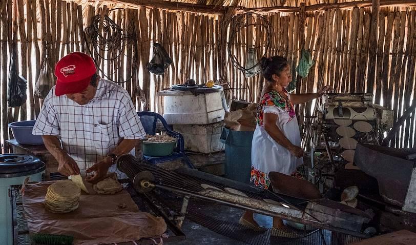 Moulin à maïs traditionnel pour la réalisation de tortillas - Yaxuna - Yaxcaba - Yucatan - Mexique