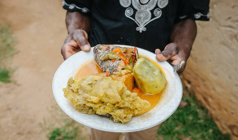 Plat traditionnels ougandais à base de patates douces et râgout de poisson - Ouganda