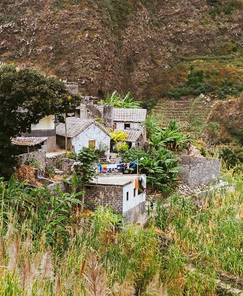 Hameau perché dans la vallée luxuriante - Vallée de Cha das Pedras - Santo Antao - Cap Vert