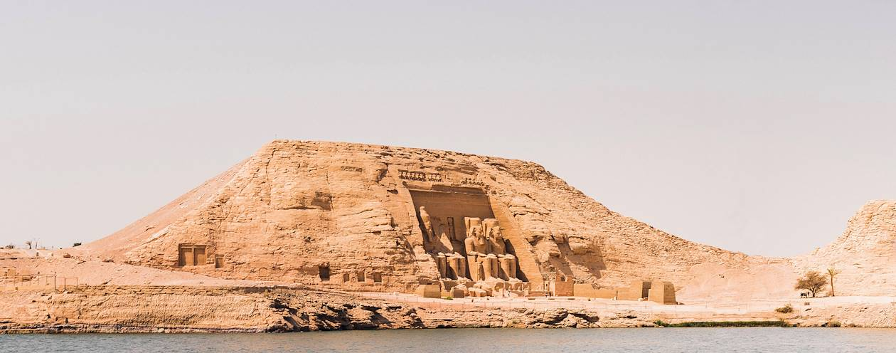 Le Grand Temple d'Abou Simbel depuis un bateau - Abou Simbel - Égypte