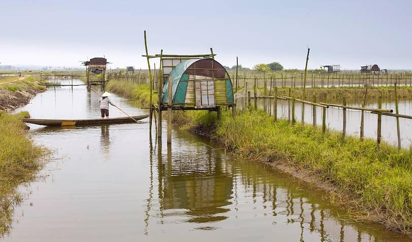 La lagune de Tam Giang : pêcheur sur son embarcation traditionnelle - Hué - Vietnam
