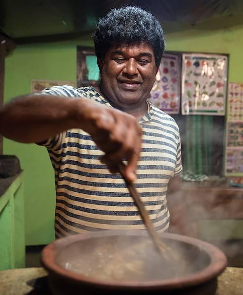 Préparation de curry, plat ici à base de jackfruit - Ella - Centre - Sri Lanka
