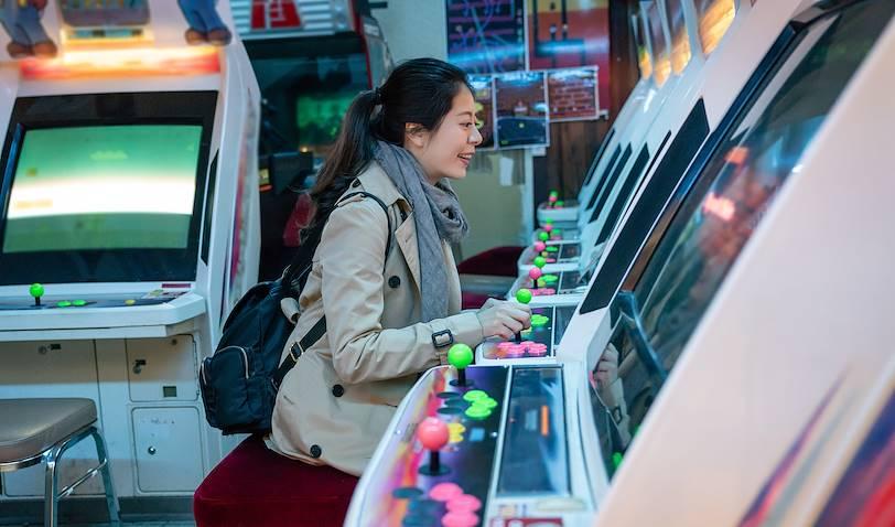 Femme dans une salle d'arcades du quartier Akihabara - Tokyo - Japon