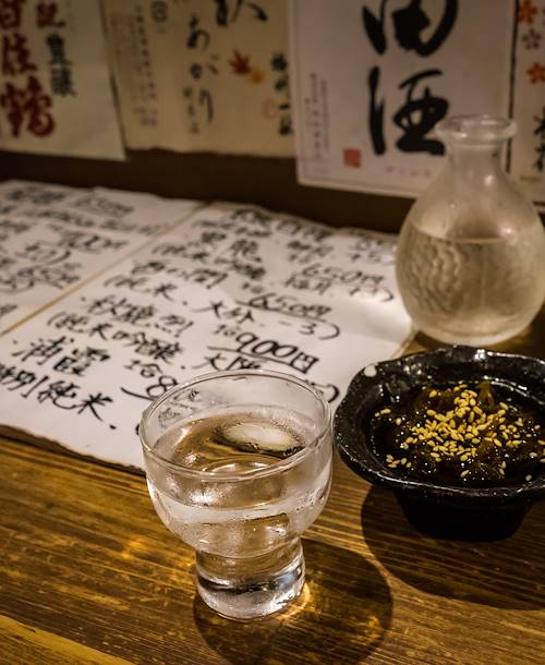 Verre de saké dans un bar traditionnel - Japon