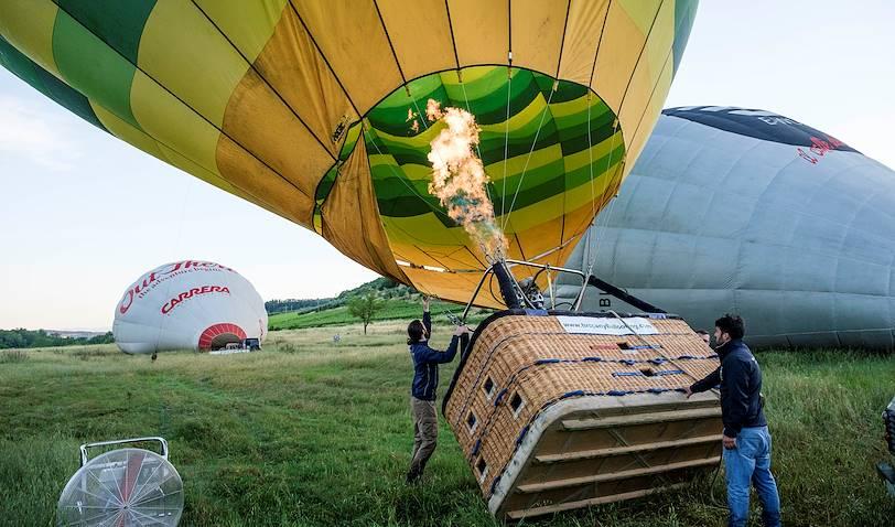 Préparation de la montgolfière  pour un vol au dessus de la Toscane - Italie