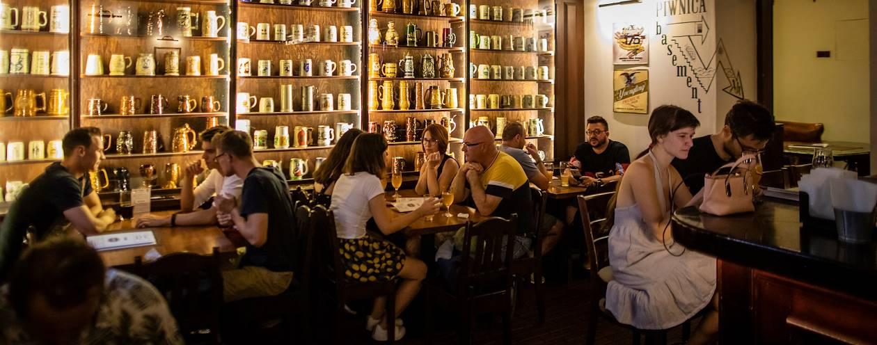 Bar à bières dans la vieille ville de Cracovie - Pologne